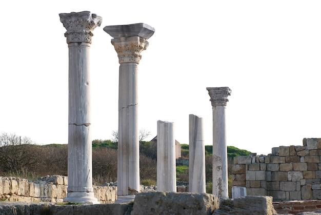 白で隔離された列を持つ古代の城