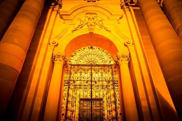시칠리아 시라쿠사에 있는 고대 가톨릭 교회. 그 구조는 원래 그리스 도리스 사원이며 이러한 이유로 유네스코 세계 문화 유산에 포함됩니다.