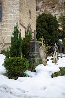 Древнее кладбище в холодный зимний день