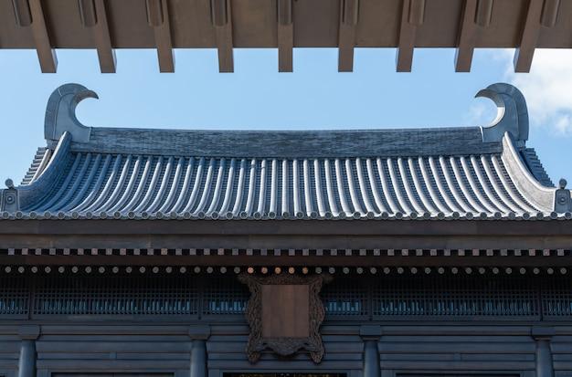 青い空と白い雲と古代中国の寺院の屋根建築。