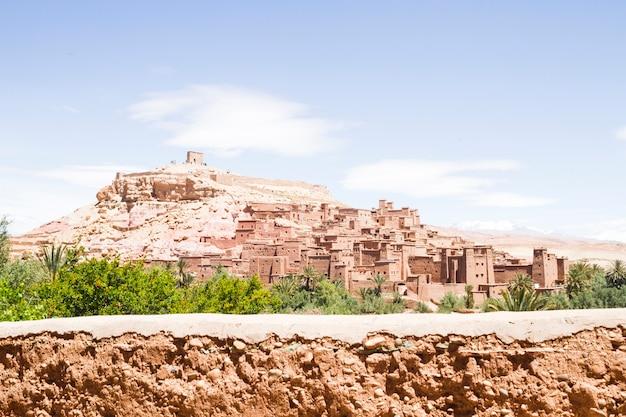 砂漠の風景の中の古代都市の要塞