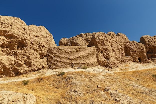 カザフスタンの古代都市サウランまたはサウラン。古代の壁の残骸