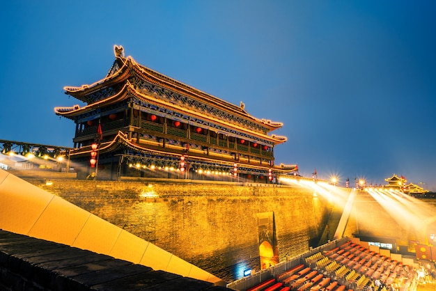 밤에 고대 성벽, 시안, 중국