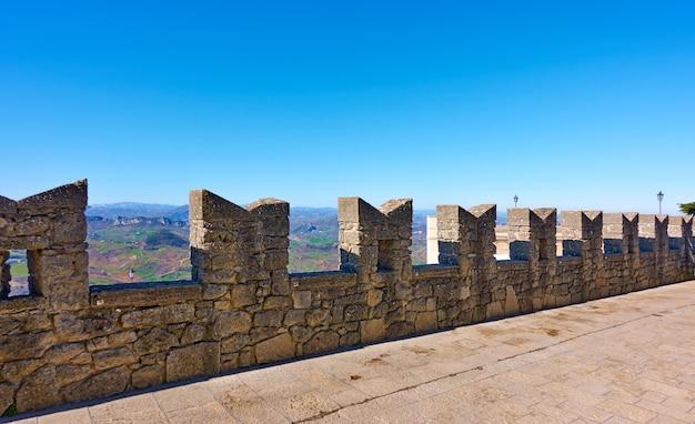 산마리노의 멜론이 있는 고대 도시 성벽