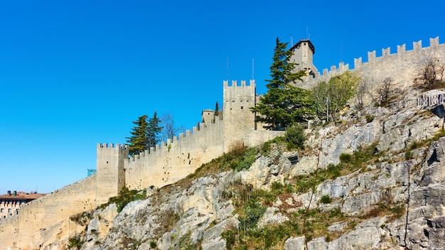 바위에 산 마리노의 고대 도시 성벽