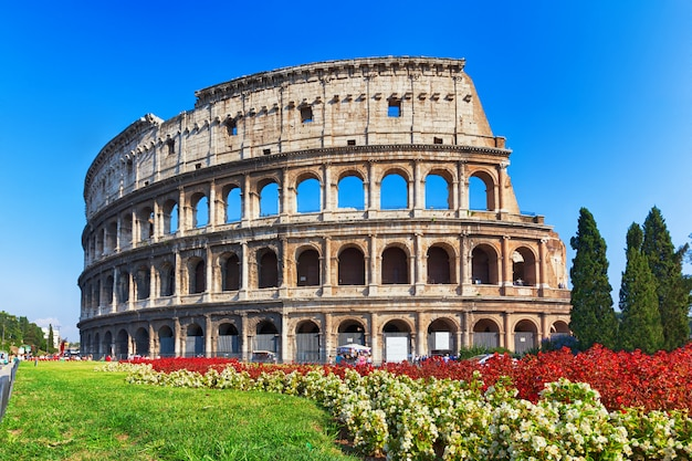 Ancient colosseum in rome, italy Premium Photo