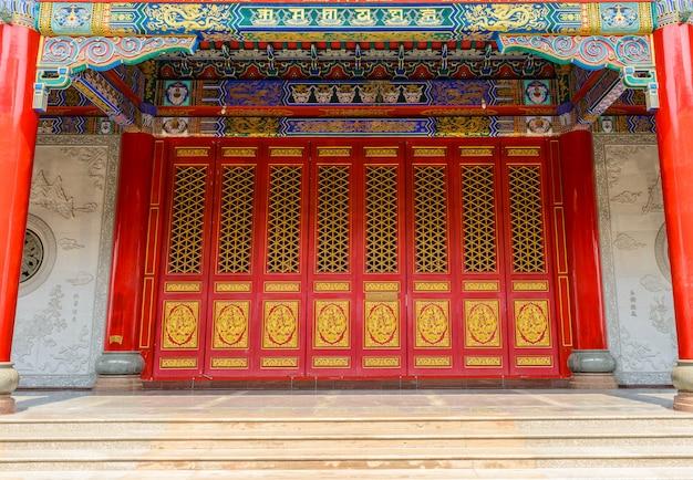 古代の扉と伝統的な中国の寺院の建物