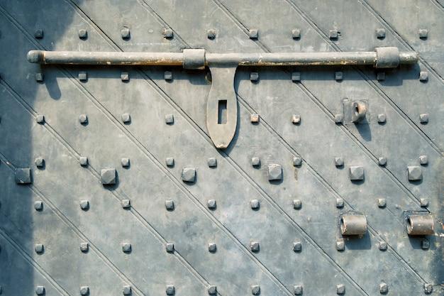 Фрагмент старинной двери ворот форта каннинг в сингапуре с грубым тяжелым стержневым замком