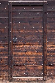 木で作られた古代のドア、トリノに近いイタリアの城、まだオリジナルのもの