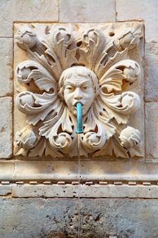 크로아티아 두브로브니크 구시가지의 고대 식수 분수