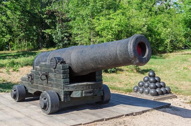 Пушка древней крепости на позиции