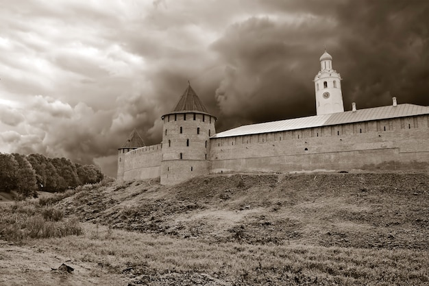 小さな丘の上の古代の要塞