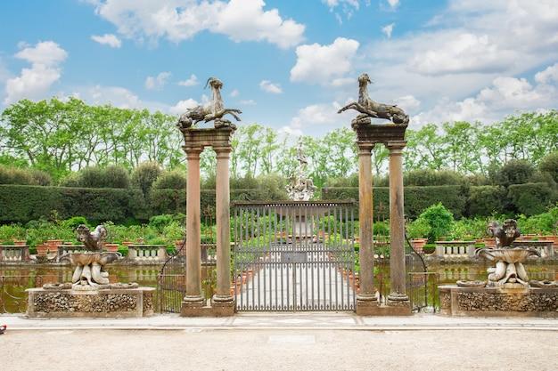 イタリア、フィレンツェ、ボーボリ庭園の古代の噴水