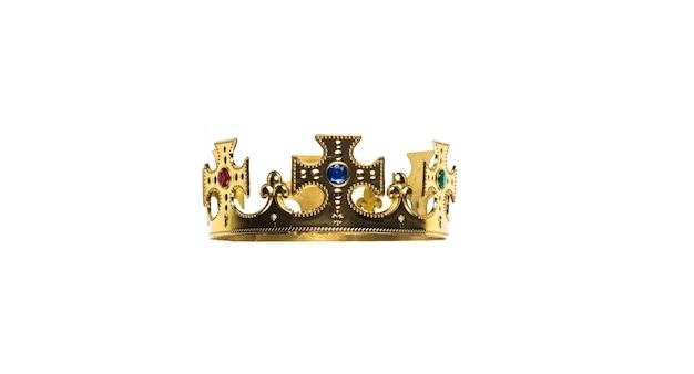 Древняя золотая королевская корона на белом изолированном фоне