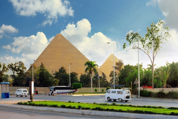 고대 대피라미드와 기자 타운의 현재, 카이로 시 교외. 이집트.