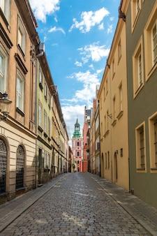 ポーランド、ポズナン市の古代の歴史的建造物。通りと教会の眺め。