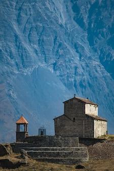 グルジア軍道の山にある古代の歴史的な塔教会