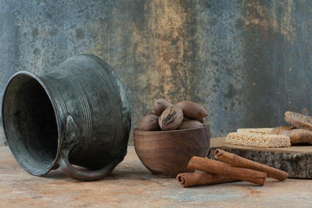 大理石の背景に古代のやかんとピーナッツのもろい