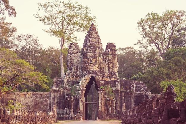 カンボジア、シェムリアップ近郊のアンコールの古代クメール文明遺跡