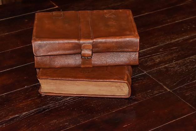 古い木製のテーブルの上の古代の革の本