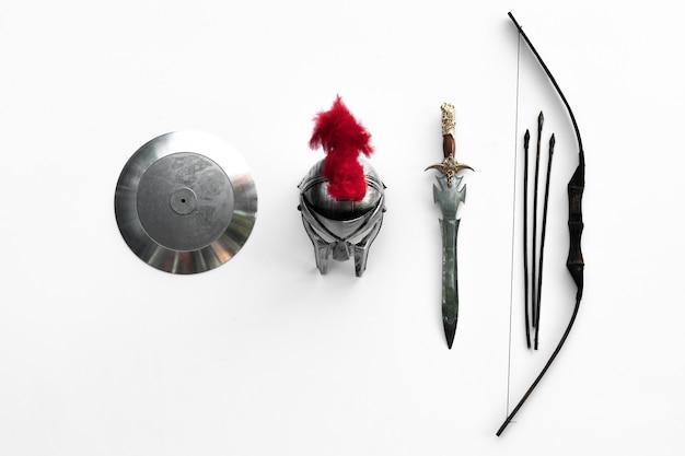 흰색 backgroundshield와 칼 스파르타에 고대 중세 군사 무기