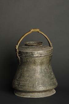 어두운 배경에 고대 금속 그릇입니다. 골동품 청동 식기