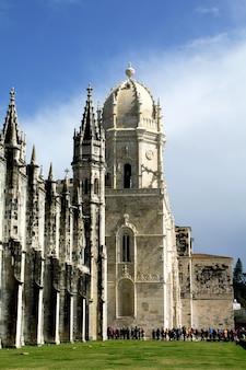 Здание древнего монастыря и очередь туристов. лиссабон, португалия.