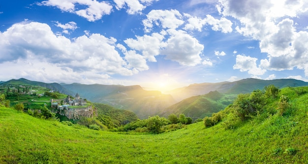 夕日の古代の修道院。タテヴ。アルメニア