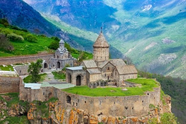 Древний монастырь в заходящем солнце. татев. армения