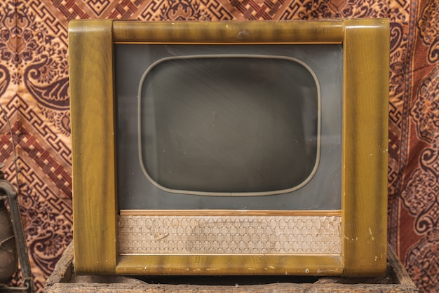 Древнее старое телешоу в магазинах электротоваров. старое винтажное телевидение.