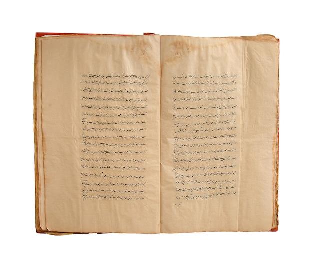 白い背景の上の古代の開いたアラビア語の本。古いアラビア語の写本とテキスト
