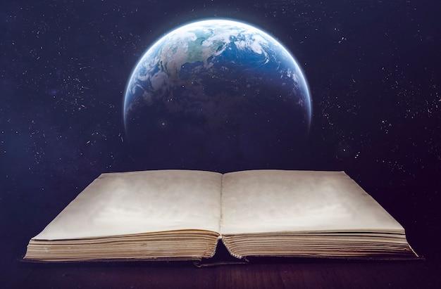 Nasa에서 제공한 이 이미지의 배경 요소에 별이 있는 고대 책과 지구 행성