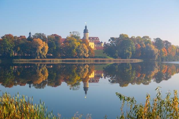 秋のニャスヴィシュ(ベラルーシ)の古代の宮殿