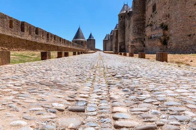 カルカソンヌの町の中世の城の古代の舗装された石の道
