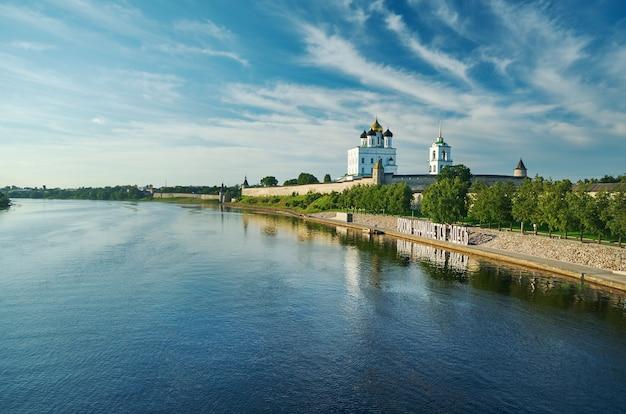 Древний псковский кремль на реке великой, россия