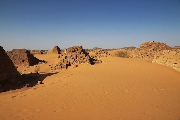 수단 사하라 사막에 있는 메로에의 고대 피라미드