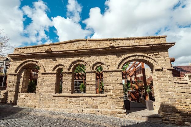 Древний ресторан в старом городе, город баку, азербайджан