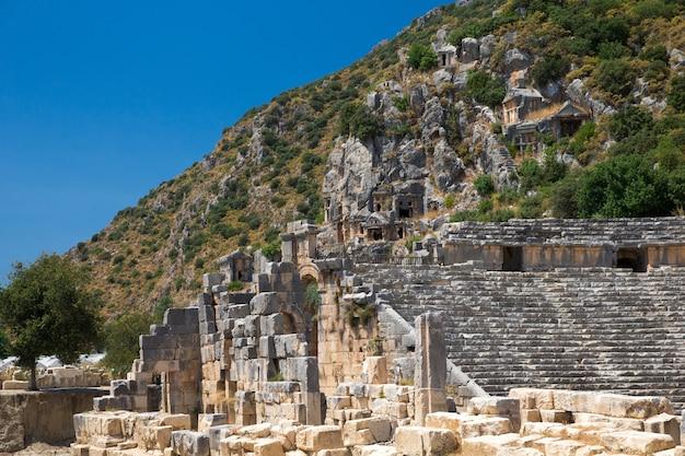 トルコ、デムレ、マイラの古代の岩を切り出した墓