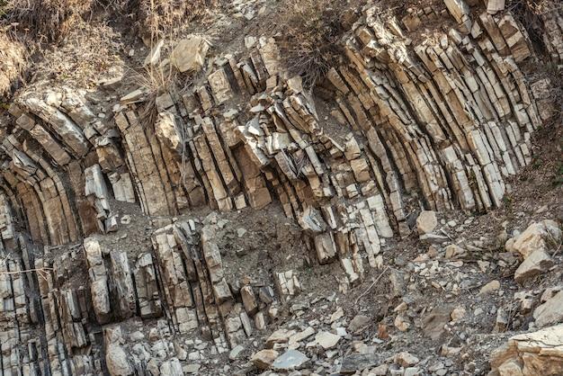 峡谷の古代の岩層