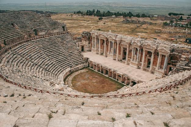 Древнеримский амфитеатр из камня под открытым небом в памуккале в турции