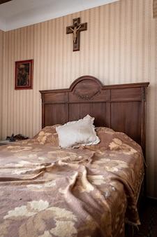 Древняя комната с католической символикой