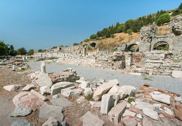 Древние руины в эфесе, турция. ориентир для туризма. концепция путешествия истории.