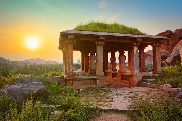 日没のハンピの古代遺跡。インド
