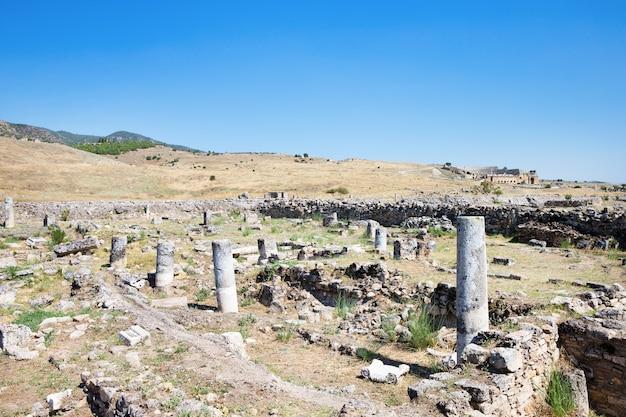 Древние руины в иераполисе, памуккале, турция.