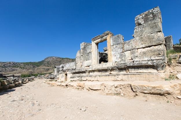 トルコ、パムッカレ、ヒエラポリスの古代遺跡。