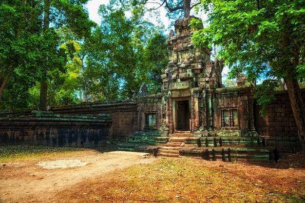 Древние руины храма ангкор в комплексе ангкор-ват, камбоджа.