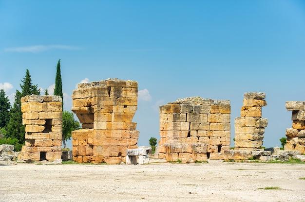 Древние руины иераполиса в памуккале, турция