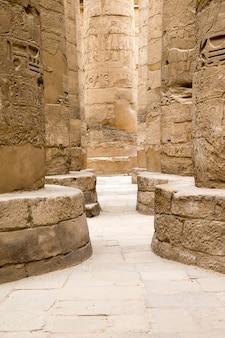 Древние руины карнакского храма в египте
