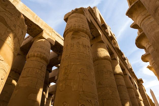 이집트 룩소르에 있는 카르낙 신전의 고대 유적은 고대 사원 중 가장 큰 복합 단지입니다.