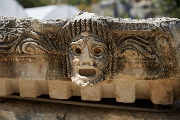 Древняя скульптура амфитеатра